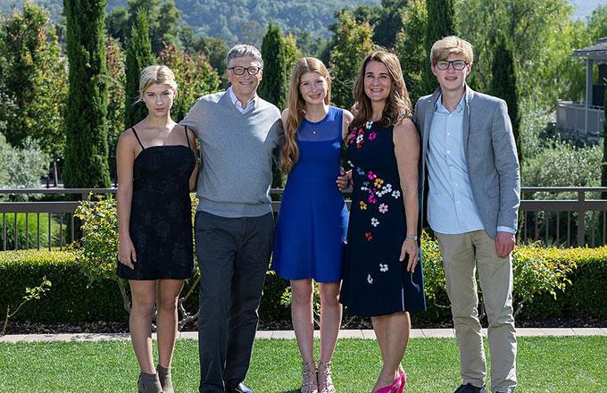 Vợ chồng Bill Gates cùng ba con, Jennifer (chính giữa), Rory (bìa trái) và Phoebe (bìa phải). Ảnh: FB.