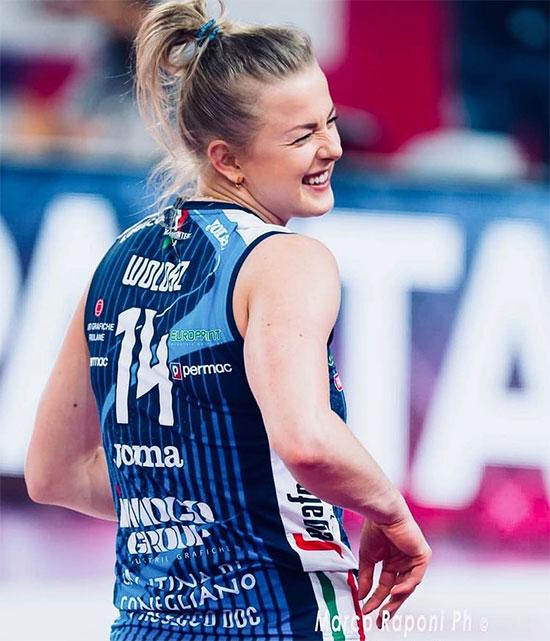 Joanna Wolosz nhí nhảnh trên sân bóng chuyền. Ảnh: Instagram.