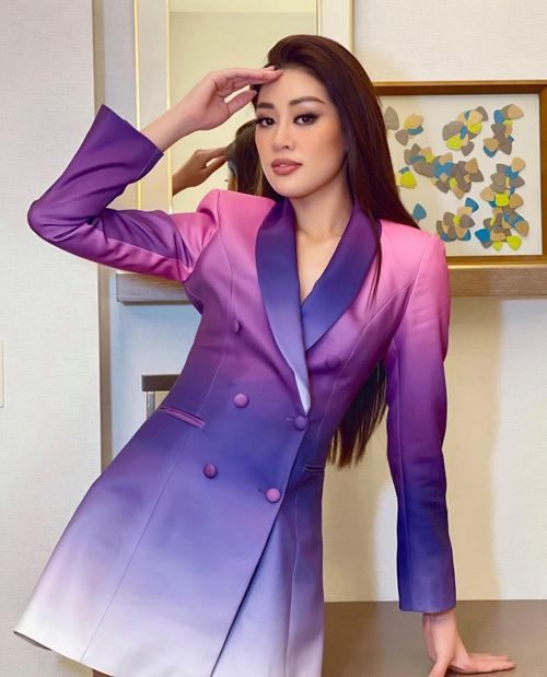 Khi diện blaser dress theo phong cách thanh lịch và hiện đại, Khánh Vân vẫn không quên tạo điểm nhấn bằng màu omber tím - hồng.