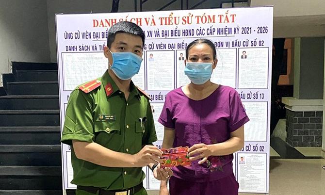 Bà Yên đưa ví đựng gần 10 triệu đồng đến nhờ Công an xã Quế Phú tìm người đánh rơi trả lại. Ảnh Công an cung cấp.