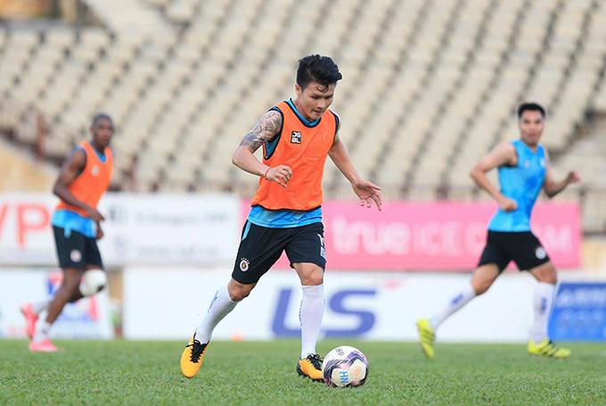 Quang Hải và đồng đội tập luyện trên sân Vinh trước khi di chuyển về Hà Nội. Ảnh: HNFC.