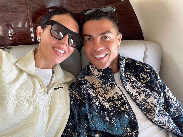 C. Ronaldo tựa đầu bên bạn gái trên máy bay riêng. Ảnh: Instagram.