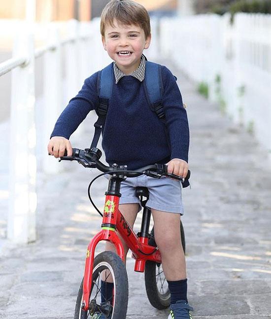 Hoàng tử Louis tươi cười trong ngày đầu đến trường mẫu giáo hôm 21/4. Ảnh: Kate Middleton.