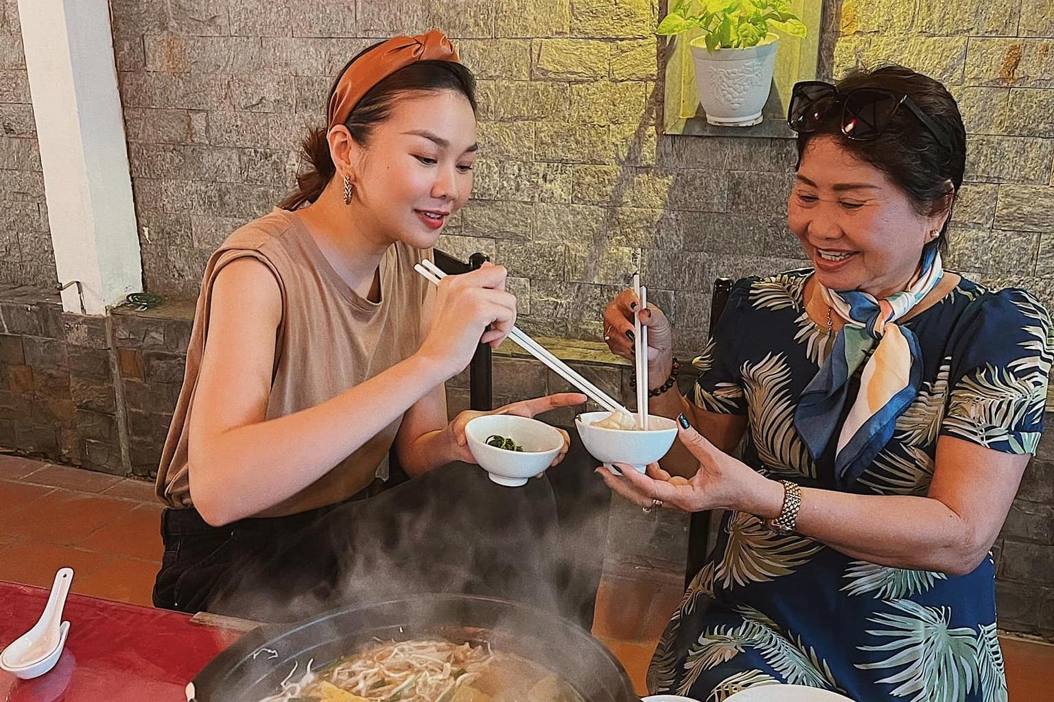 Thanh Hằng thường xuyên dẫn mẹ đi ăn ở nhiều nhà hàng ngon. Dù vậy, bà Hồng vẫn yêu nhất những món ăn Việt Nam truyền thống.