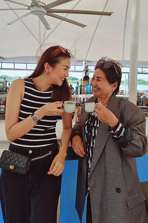 Thanh Hằng kể với Ngoisao.net, cô ảnh hưởng tính cách mạnh mẽ, quyết đoán từ mẹ. Điều này phần nào góp phần tạo nên những thành công trong sự nghiệp hoạt động người mẫu, diễn viên của cô suốt 20 năm qua.