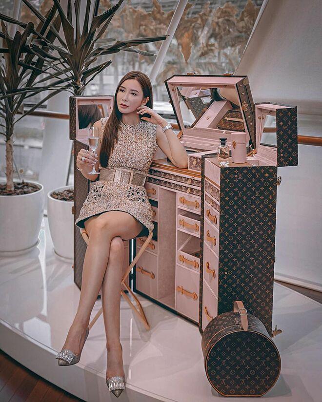 Jamie Chua bên chiếc rương trang điểm đắt đỏ của Louis Vuitton.