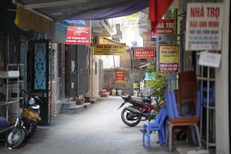 Những dãy nhà trọ san sát trong con ngõ đối diện Bệnh viện K. Ảnh: Phạm Chiểu
