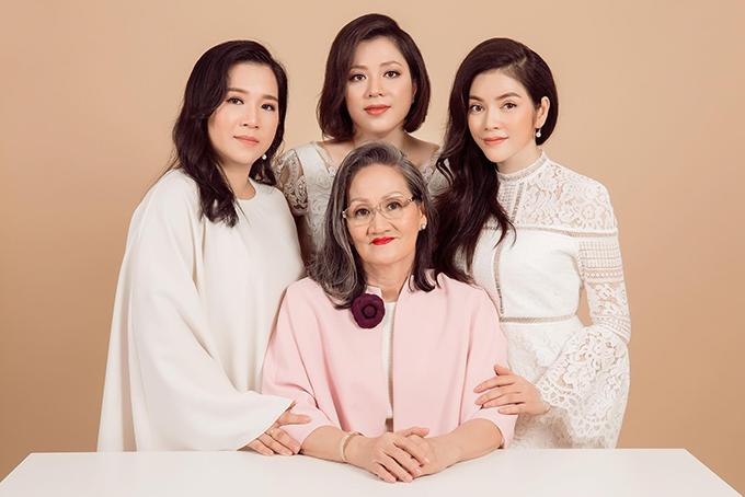Bà Hoà bên ba con gái.