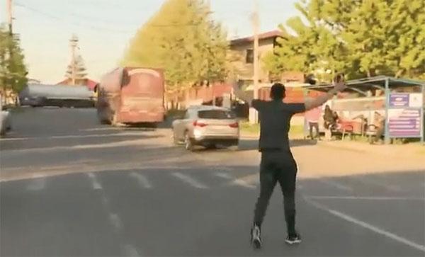 Cầu thủ Romaia chạy theo vẫy tay nhưng xe bus không dừng lại. Ảnh: The Sun.