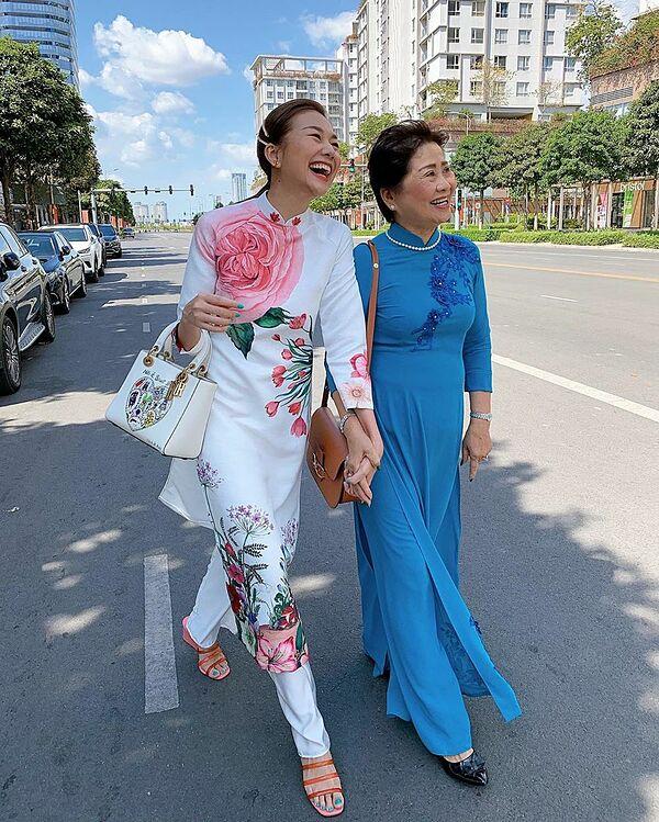 Bà Hồng năm nay 65 tuổi, được nhận xét sở hữu nhan sắc sang trọng, quý phái. Thỉnh thoảng có thời gian rảnh, bà cùng con gái chụp những bức ảnh kỷ niệm bên nhau.