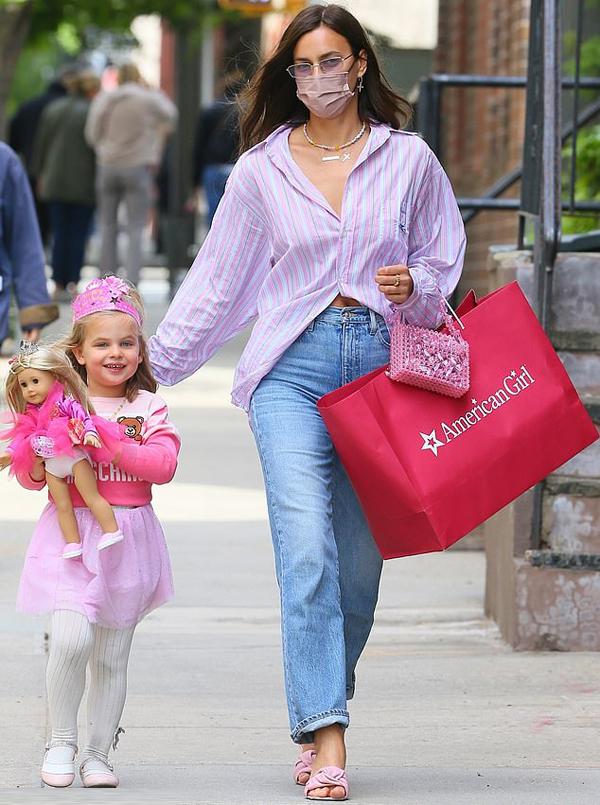 Con gái Irina trông như thể búp bê khi diện váy công chúa và kết hợp phụ kiện xinh xắn. Cô bé đeo vương miện hồng và mặc váy Moschino.