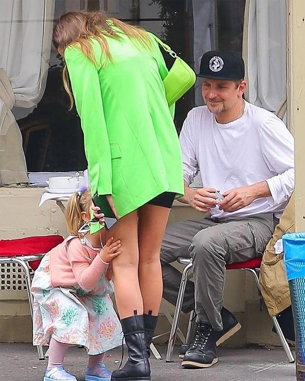 Cô đi ăn sáng cùng con gái và bạn trai cũ - tài tử Bradley Cooper. Khi Irina rời đi, con gái quấn quýt bên cô.