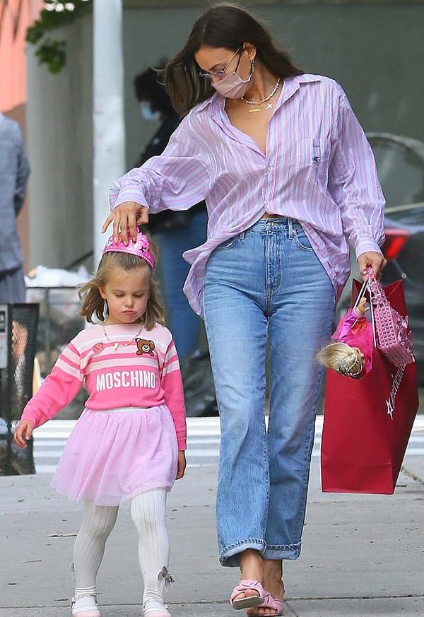 Irina cũng mặc đồng điệu với con gái. Cô diện áo kẻ hồng và xỏ đôi sandal hồng.