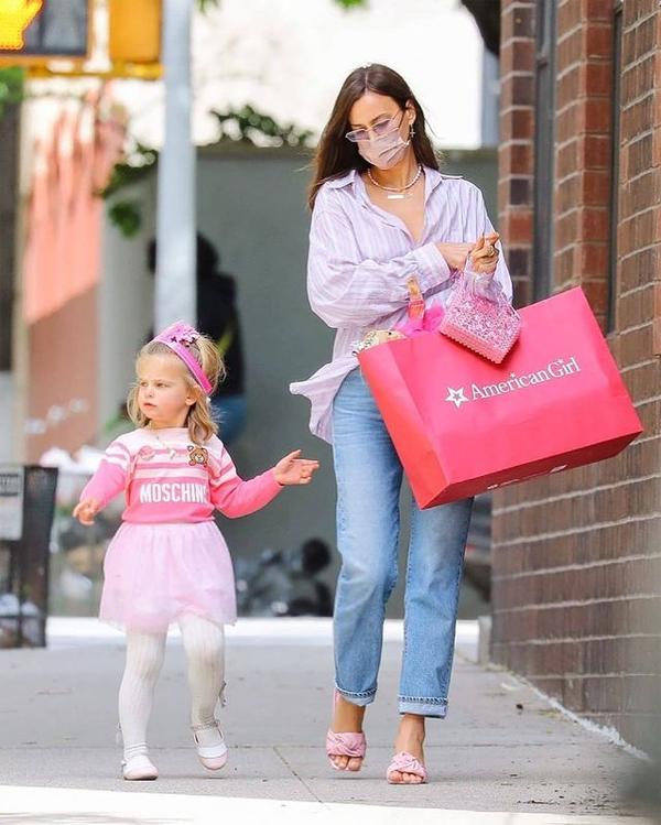 Irina Shayk luôn phối đồ cho con rất phong cách và dễ thương, giúp cô bé mang hai dòng máu Nga - Mỹ như thể một mẫu nhí mỗi khi được paparazzi chụp ảnh trên phố.