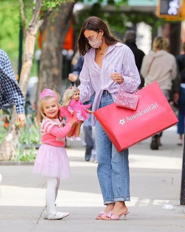 Irina Shayk mua cho con gái 4 tuổi búp bê American Girl.