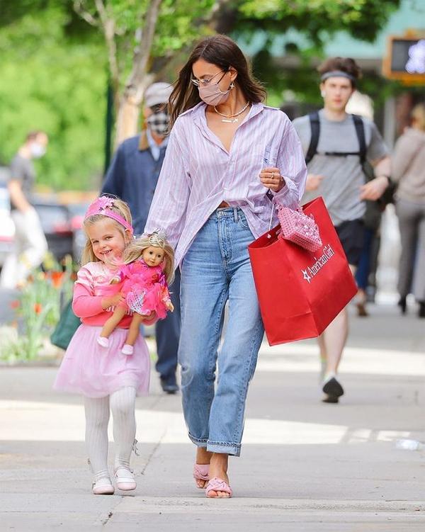 Quá hào hứng, bé Lea không thể chờ về đến nhà mà xin mẹ ôm món quà ngay trên phố.