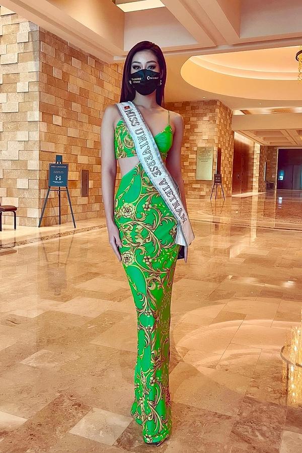 Đến gần trưa, mỹ nhân 26 tuổi đã lấy được vali và thay chiếc váy cut-out, màu sắc nổi bật. Cô cao 1,76 m, số đo 83-61-95 cm.