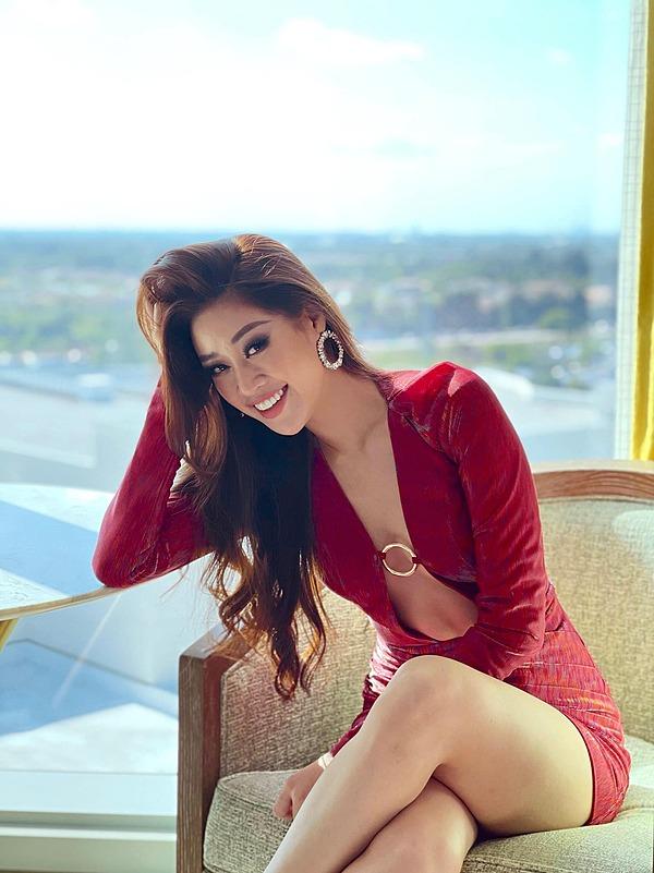Mỗi lần xuất hiện, đại diện Việt Nam đều lộng lẫy, nhận được nhiều quan tâm. Hoa hậu Thái Lan - Amanda Obdam khen Khánh Vân sở hữu phong cách thời trang đẹp hàng đầu cuộc thi.