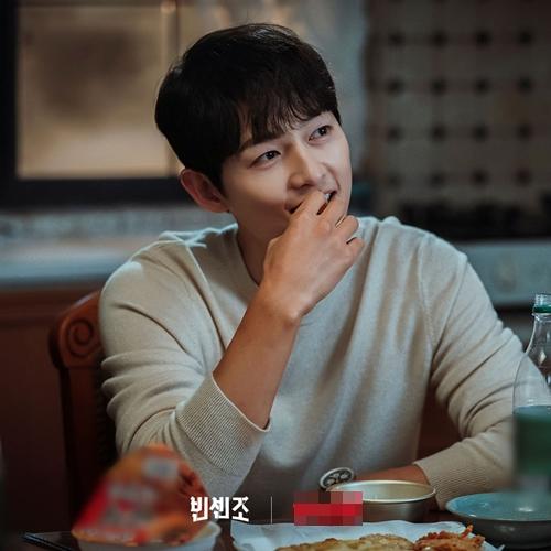Song Joong Ki gần đây gây sốt với vai luật sư thế giới ngầm trong phim Vincenzo.