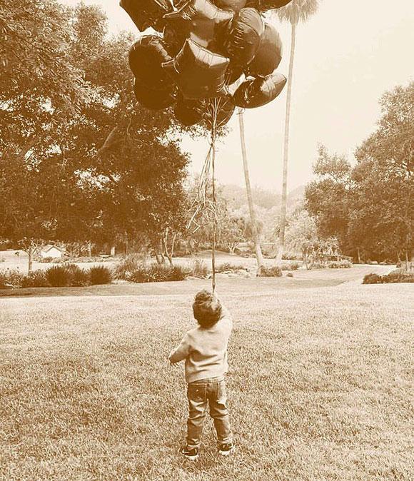 Bé Archie cầm bóng bay trong khu vườn của dinh thự ở Montecito, California. Ảnh:Archewell.