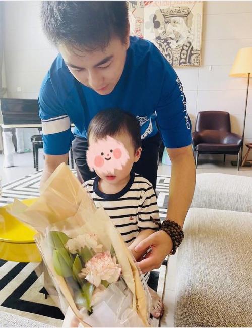 Hà Du Quân cùng con trai tặng hoa cho vợ.