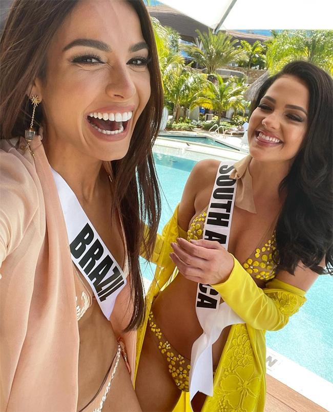 Natasha vui đùa bên Hoa hậu Hoàn vũ Brazil sau buổi chụp hình.