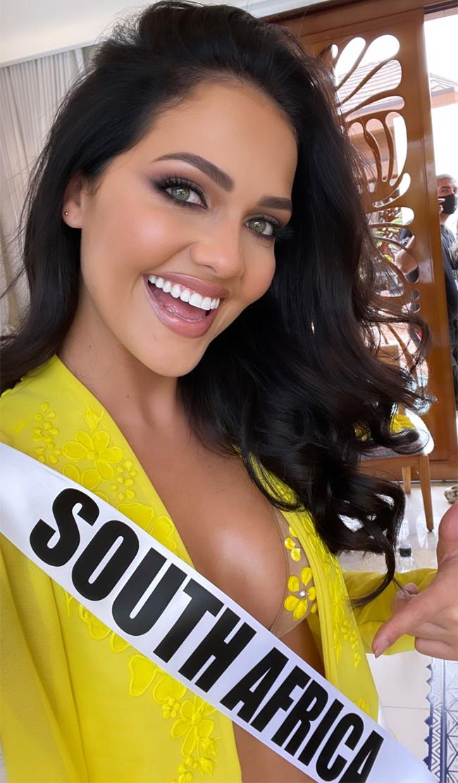 Người đẹp từng có kinh nghiệm thi đấu tại nhiều cuộc thi sắc đẹp. Năm 2016, cô đăng quang Miss Globe của Nam Phi và dự thi Miss Globe, giành giải á hậu 4 và chiến thắng giải Miss Bikini.