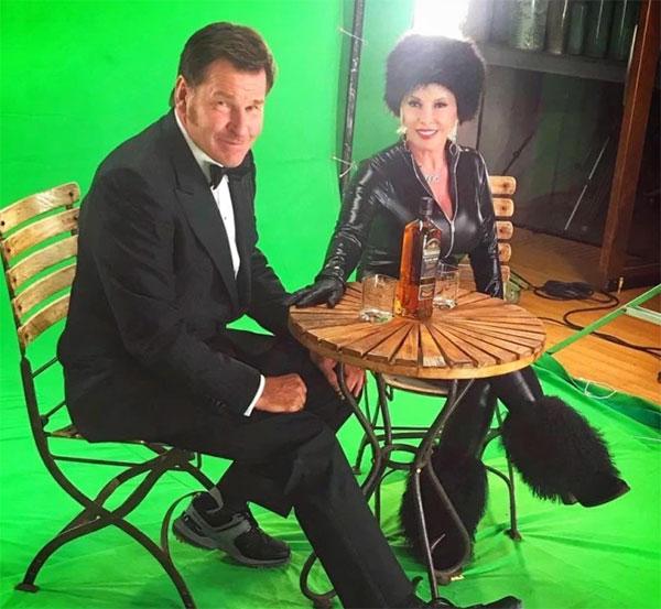 Huyền thoại làng golf và vợ mới cưới trong tạo hình James Bond và Bond girl. Ảnh: The Sun.