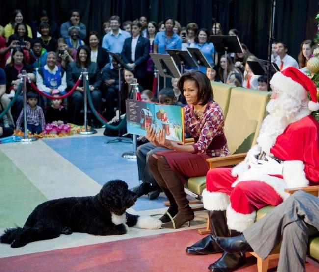 Bo ngồi dưới chân bà Michel Obama trong một sự kiện mừng Giáng sinh. Ảnh: Hello.