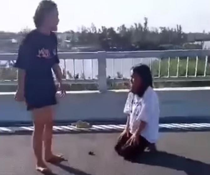Nạn nhân quỳ xin lỗi song bị đánh tới tấp. Ảnh cắt từ clip.