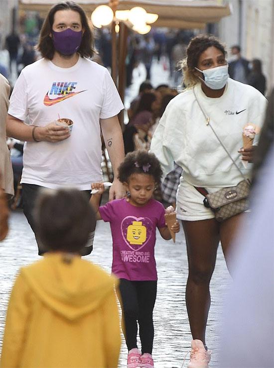 Vợ chồng Serena và con gái ăn kem trên đường phố Rome, Italy. Ảnh: Mega.