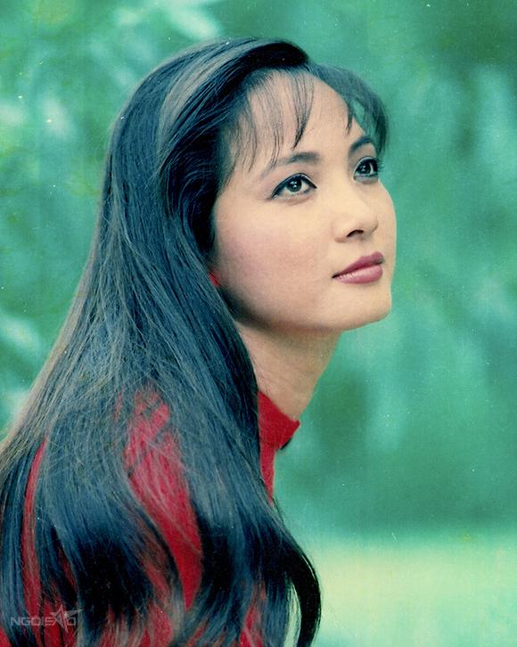 NSND Lê Khanh sinh năm 1963 tại Hà Nội. Chị hoạt động nghệ thuật từ năm 1970 đến nay, cả trong lĩnh vực sân khấu lẫn điện ảnh và truyền hình. Không chỉ được công chúng mến mộ bởi tài năng, NSND Lê Khanh còn được đánh giá cao về nhan sắc.