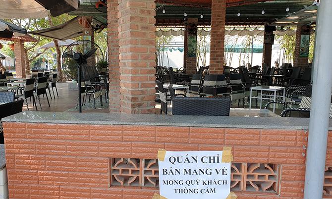 Một quán cà phê ở thị trấn Vĩnh Điện, thị xã Điện Bàn chỉ bán cho khách mang về. Ảnh: Sơn Thủy.