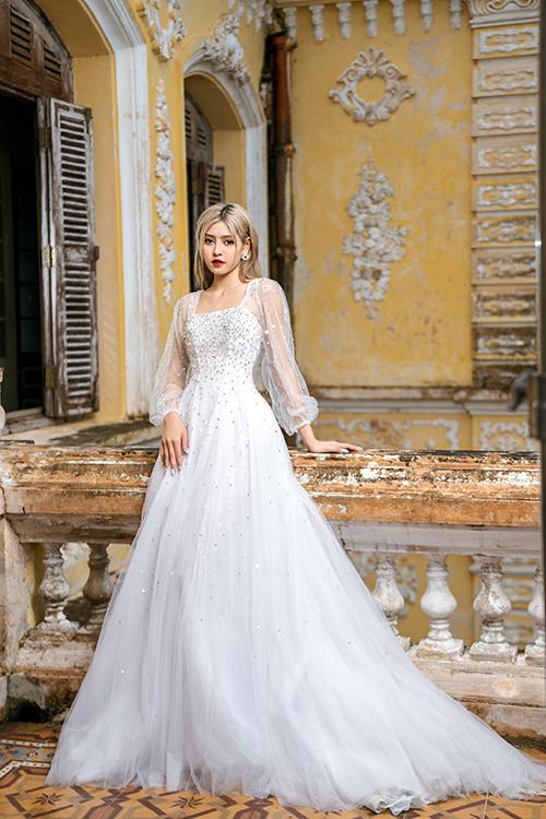 Váy công chúa tay bồng là một trong các lựa chọn phổ biến của cô dâu, được kết đá li ti lấy cảm hứng từ dải ngân hà trên bầu trời đêm.