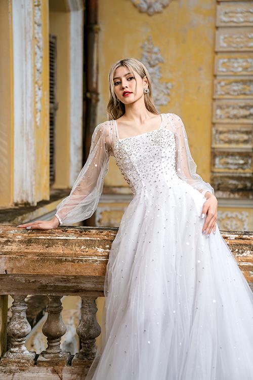 Bộ cánh có nhiều lớp lang để tạo sự thanh thoát, nhẹ nhàng trong từng bước đi của cô dâu, chất liệu thoáng mát để đảm bảo cô dâu cảm thấy thoải mái khi diện trong ngày hè.
