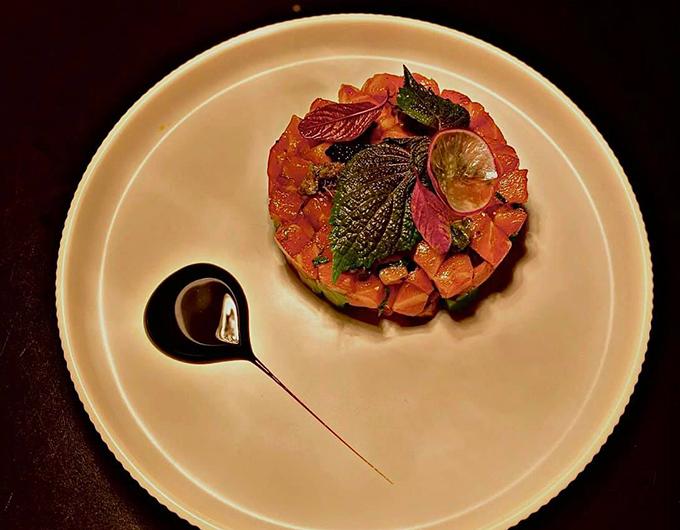 Salmon Tartare nằm trong số những món ăn được yêu thích tại nhà hàng. Nguyên liệu lấy từ thịt cá hồi sống được bảo quản chill ở đúng nhiệt độ và được trộn lại với một số nguyên liệu thiên nhiên đến từ Nhật Bản và được tạo hình đẹp
