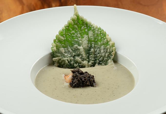 Món khai vị đặc biệt nhân ngày của mẹ do nhà hàng chuẩn bị riêng là súp nấm rừng với tôm xông khói và lá mè Nhật, thay cho lời tri ân tới những người mẹ. Món ăn không chỉ ngon mà còn được trang trí rất đặc biệt.