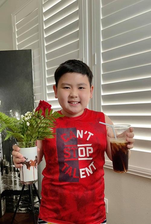 Buổi sáng, Kenzi - con trai út của Trizzie Phương Trinh và Bằng Kiều, đã mang lên phòng mẹ một phần cà phê đá cùng bó hoa do cậu bé tự tay chọn. Trizzie chia sẻ, đó là hạnh phúc quá lớn với một người mẹ đơn thân và chị chẳng mong cầu điều gì hơn thế.