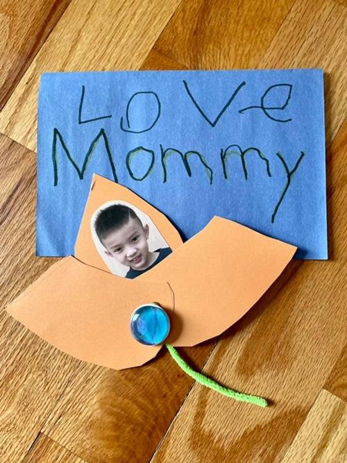 Tấm thiệp dễ thương mà con trai Phạm Thanh Thảo làm tặng mẹ.