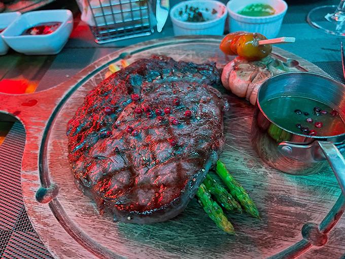 Bít tết là một trong những món ăn mũi nhọn của nhà hàng. Do nhiều năm sinh sống ở châu Âu, nam nhạc sĩ cũng quen với khẩu vị các món Tây. Lần này, anh chọn bít tết ăn kèm với sốt tiêu đen, thêm măng tây và tỏi nướng.