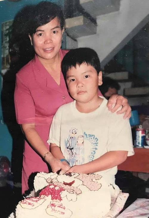 Ca sĩ Tân Hy Khánh nhắc lại những hình ảnh thuở nhỏ bên mẹ. Anh hạnh phúc và biết ơn vì có mẹ đồng hành trong cuộc sống.