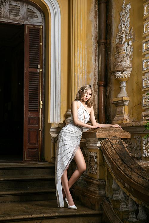 Thịnh Nguyễn chọn phần vai áo bất đối xứng để tạo nên sự phá cách cho trang phục ngày cưới của cô dâu.