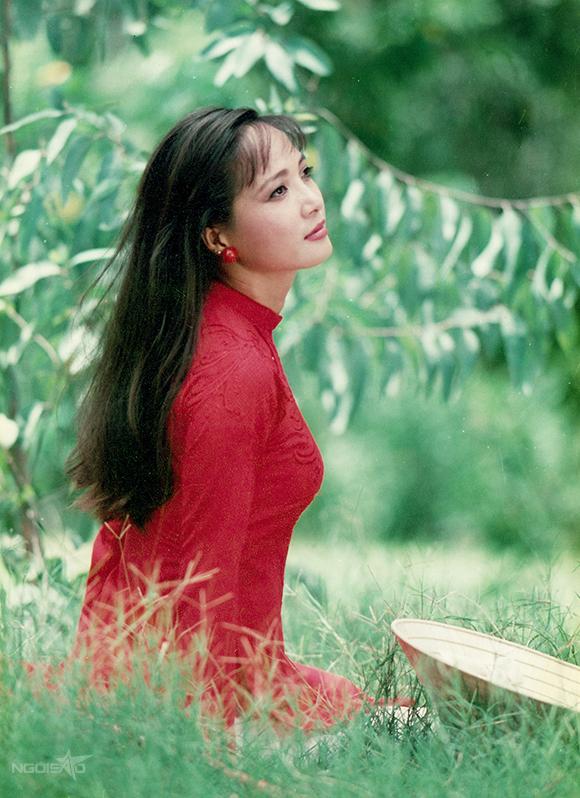 Đạo diễn, nhiếp ảnh gia Đoàn Minh Tuấn - một trong những người làm việc lâu năm với NSND Lê Khanh - chia sẻ với Ngoisao.net loạt ảnh anh chụp Lê Khanh vào những năm 1990, ở Sài Gòn và Hà Nội.