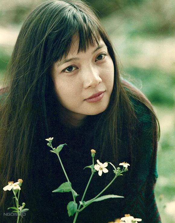 Lê Khanh không đẹp sắc sảo, mà dịu dàng, đằm thắm, mang đậm cốt cách của một người phụ nữ Hà Nội truyền thống.