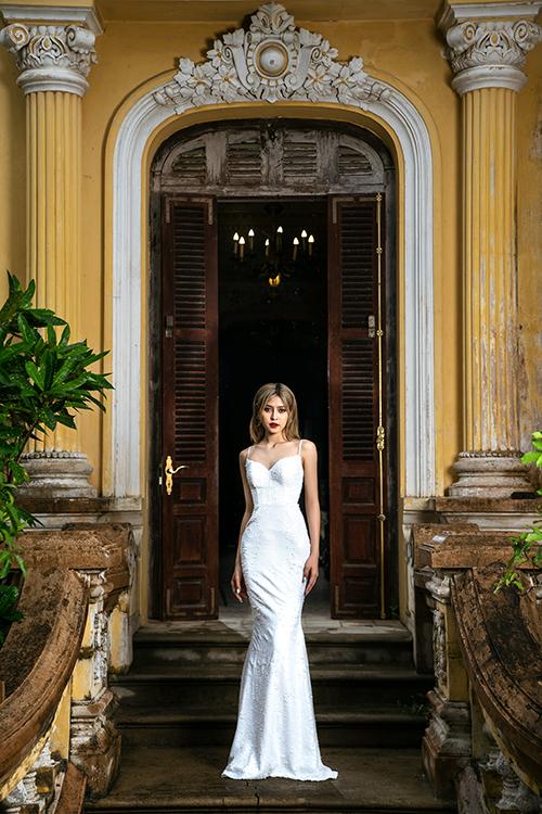 Mẫu đầm tiếp theo là váy đuôi cá kết kim sa. Bộ cánh được thiết kế cổ vuông tim để khoe nét đẹp ngực đầy của cô dâu.
