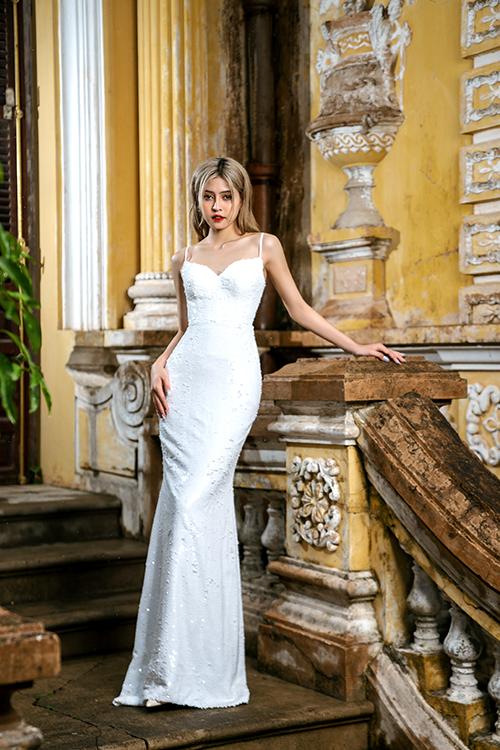 Nhờ sự cao cấp của chất liệu, cô dâu có được vẻ đẹp thời thượng khi diện váy cưới.