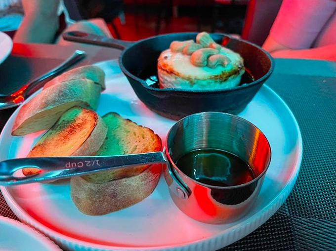 Món khai vị tiếp theo là bánh mì nướng ăn kèm sốt và phô mai hạt điều. Vị phô mai béo ngậy, quyện với sốt đậm đà và bánh mì nướng giòn giòn.