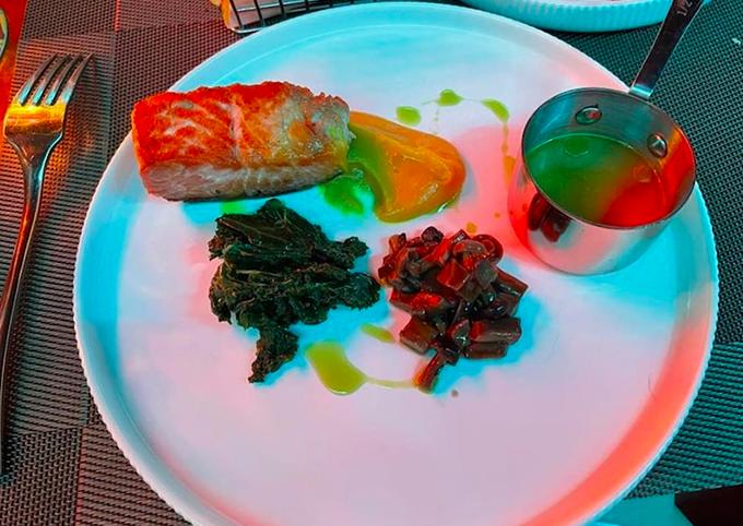 Bên cạnh các món thịt, nhà Dương Khắc Linh còn gọi món cá hồi nướng sốt chanh leo. Món ăn này không chỉ ngon mà còn rất bổ dưỡng, tác dụng tốt với sức khoẻ nhờ những công dụng đặc biệt của cá hồi.