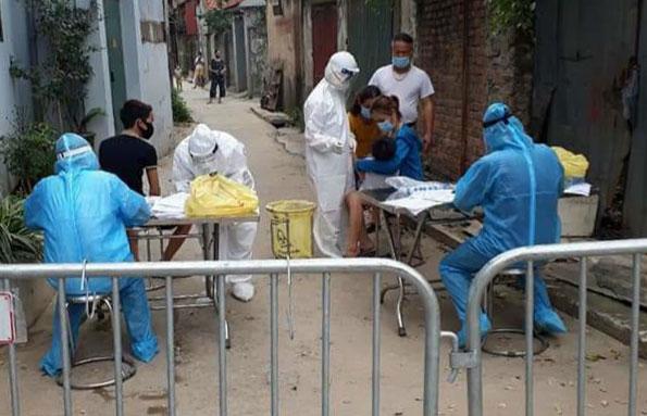 Nhân viên y tế lấy mẫu xét nghiệm Covid-19 cho người dân xã Hiệp Thuận.