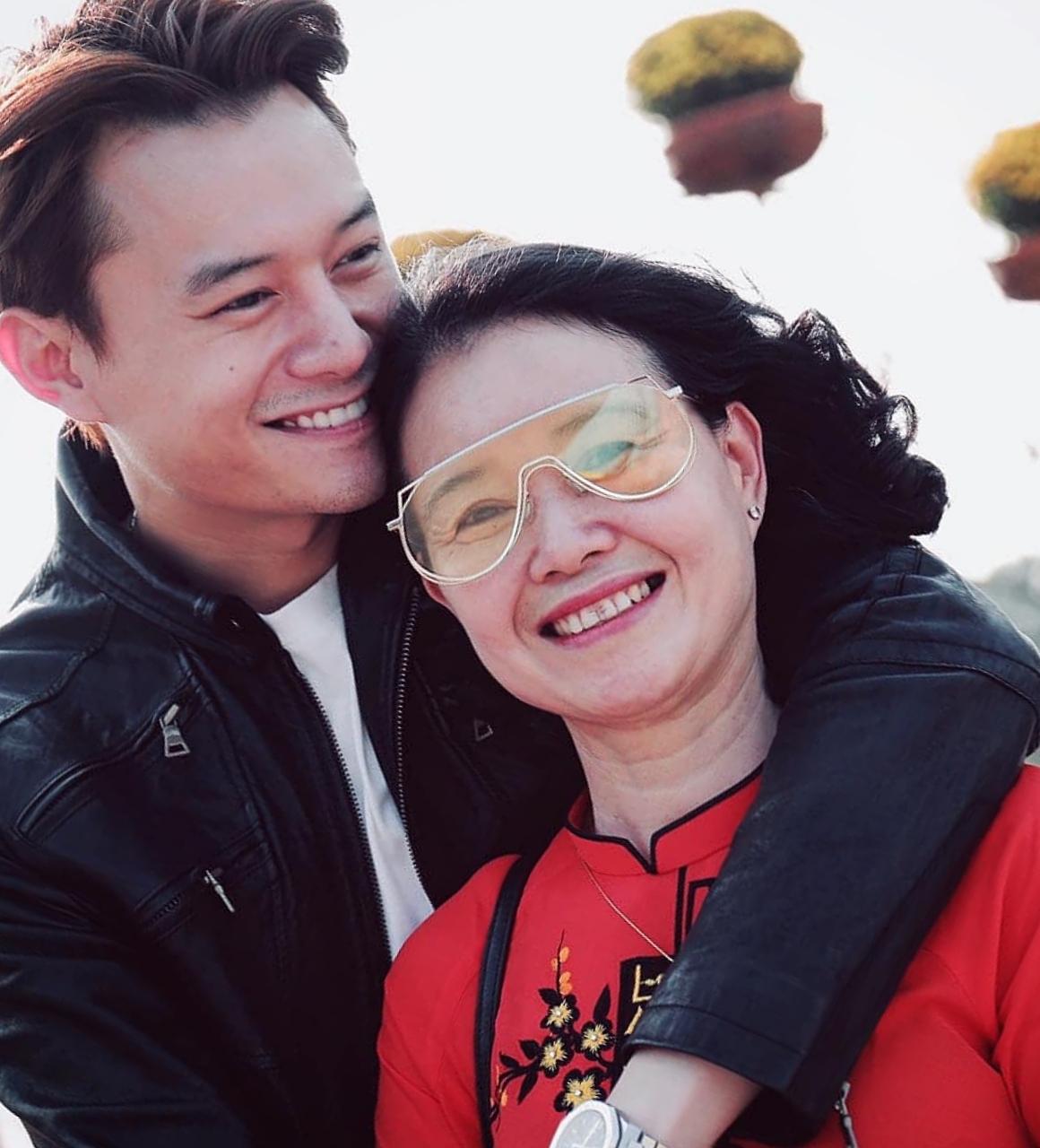 Anh Dũng tình cảm bên mẹ. Bà Quỳnh Thy được khen ngợi sang trọng, cuốn hút tuổi trung niên.